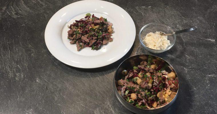 Salat aus gekochtem Rindfleisch und Kichererbsen
