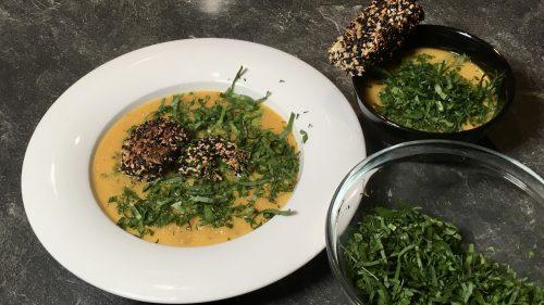 Suppe aus Süßkartoffel und Petersilienwurzel mit gebratener Garnele