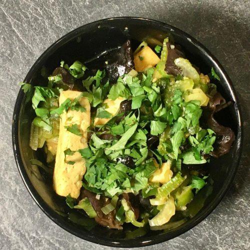 Gebratener Tofu mit Staudensellerie und Mu Err Pilzen