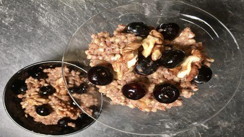 Buchweizen Porridge mit Heidelbeeren und Walnüssen