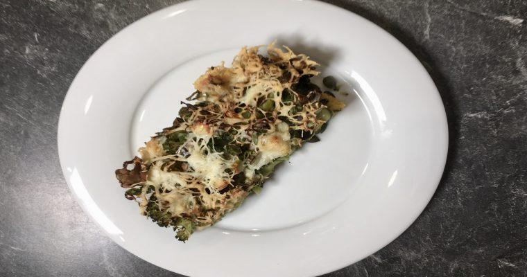 Grüne Polenta Pizza mit Brokkoli und Pesto zubereitest