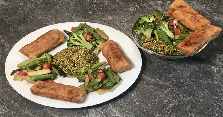 Gebratenes Gemüse mit Quinoa und frittiertem Tofu