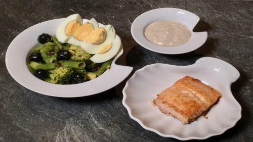 Gegrillter Lachs mit Brain Food Salat und veganer Mayonnaise